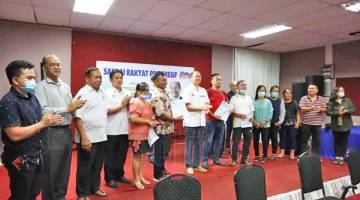 AHLI BAHARU: Madius (tengah) merakamkan gambar kenangan bersama ahli-ahli baharu dalam UPKO.