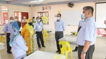 TINJAU: Azizah meninjau keadaan kelas di MRSM Kota Kinabalu bagi memastikan SOP dipatuhi.