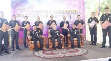 KENANGAN: Suria (duduk tengah) bergambar kenangan bersama penerima Anugerah Perkhidmatan Cemerlang 2019.