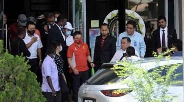 BEBAS: Jeffrey Chew (T-shirt oren)  keluar dari bangunan Ibu Pejabat Suruhanjaya Pencegahan Rasuah Malaysia (SPRM) setelah ditahan reman selama empat hari bagi membantu siasatan kes rasuah projek mega terowong dasar laut bernilai RM6.3 billion di negeri ini. — Gambar Bernama