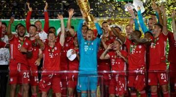KALI KE-20: Pemain Bayern Munich menjulang trofi Piala Jerman yang dimenangi selepas perlawanan final menentang Leverkusen di Stadium Olympic di Berlin. — Gambar AFP