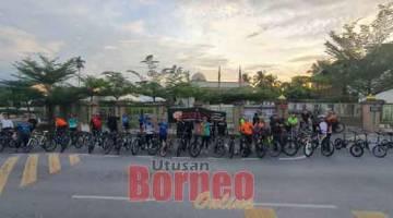 KAYUHAN SANTAI: Peserta program kayuhan santai 'Sunday MTB Ride' di hadapan Surau Darul Islam Kampung Bandong, Jalan Bandong, Sibu semalam.