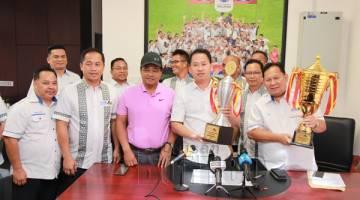HADIAH: Peter (depan dua dari kanan) memegang piala yang ditawarkan untuk Piala Borneo KDM Malaysia 2020 semasa sidang medai di pejabat SAFA di Kota Kinabalu kelmarin. Turut bersama ialah jawatankuasa penganjur dan AMT KDM Malaysia.