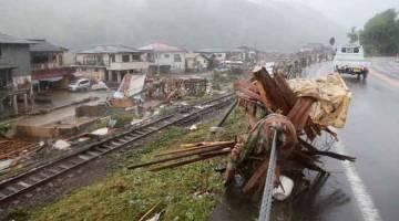 MUSNAH: Puing berselerakan di sepanjang landasan kereta api susulan hujan lebat di Kuma, wilayah Kumamoto semalam.— Gambar AFP