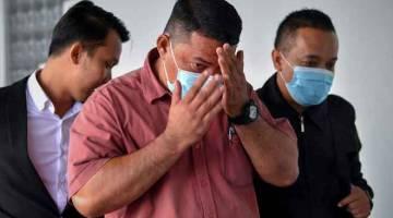 DIBICARA: Mohd Shafie (tengah) mengaku tidak bersalah di Mahkamah Sesyen atas 10 dekat Melaka , semalam pertuduhan memperdayakan majikannya dengan menggunakan dokumen yang mengandungi butiran palsu berjumlah lebih RM175,000 berhubung kegiatan sukan ragbi dan program pusat pengajian tinggi itu. — Gambar Bernama