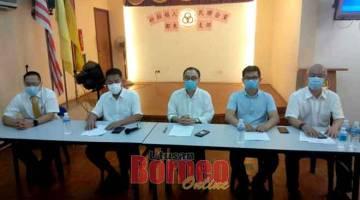 AUM MEDIA: Ding (dua ari kiba), Yong (tengah), Wong (kiba), Benjamin ( dua kanan) enggau Teng (kanan) maya ba aum pengarang berita di Sibu, empai lama.