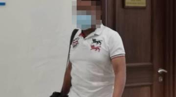 KELUAR: Tertuduh semasa meninggalkan kamar perbicaraan di Mahkamah Kota Kinabalu.
