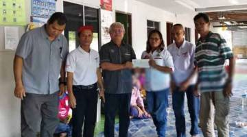 UNGKUP KITA: Sikie (tiga ari kiba) nyuaka chek MRP  RM15,000 ngagai Tuai Rumah Jentang, empai lama.
