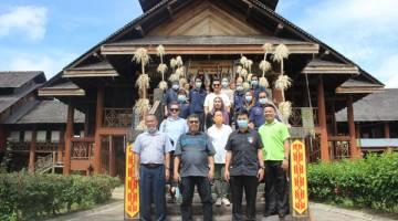 KENANGAN: Hiew (kanan sekali) bersama rombongan bergambar sebaik tiba di Pusat Kebudayaan Murut Sabah Tenom.