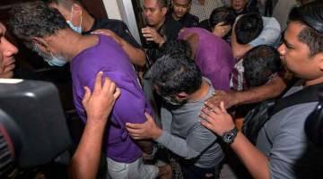 DIDAKWA: Enam lelaki termasuk seorang ahli politik didakwa di Mahkamah Majistret, Petaling Jaya semalam, atas pertuduhan menculik ahli perniagaan Datuk Seri R. Arumugam, yang mayatnya ditemui di kawasan belukar di Batu 27, Jalan Rawang Bestari Jaya pada 27 Jun lalu. — Gambar Bernama