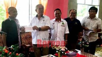 GERAN MRP: John Sikie (empat kanan) menyerahkan cek kepada Yang Dipertua PIBG SK Pengkalan Lobang Mukah Rami Apat.