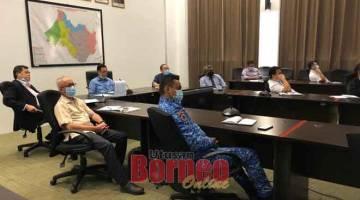 BINCANG: Lee (dua kanan) mempengerusikan mesyuarat JPBBM bagi mengekang penularan COVID-19 di Bilik Mesyuarat Pejabat Residen Bahagian Miri, petang kelmarin.