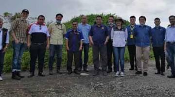 TURUN PADANG: Gira (lapan kanan) semasa melawat tapak cadangan projek kompleks sukan di Selangau kelmarin.
