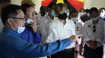 Abang Johari ditemani Dr Rundi mendengar penerangan berkaitan projek bekalan air bahagian Samarahan.