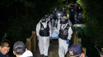 DITEMUI MAUT: Pasukan forensik polis mengangkat mayat Park (sisipan) yang ditemui maut beberapa jam selepas dilaporkan hilang di sebuah taman di Seoul semalam. — Gambar AFP