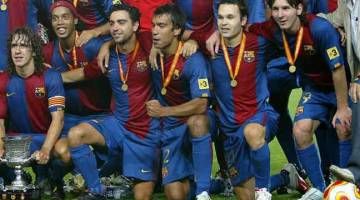BERITA MENGEJUT: Gambar fail bertarikh 20 Ogos 2006 ini menunjukkan Van Bronckhorst (tiga kanan), Messi (kanan) bersama rakan sepasukan meraikan kejayaan memenangi Piala Super Sepanyol di Stadium Camp Nou, Barcelona. — Gambar AFP