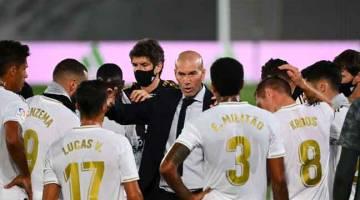 SEMANGAT: Zidane (tengah) merancang strategi bersama anak buahnya semasa perlawanan La Liga di antara Real Madrid dan Alaves di Stadium Alfredo Di Stefano di Madrid. — Gambar AFP
