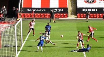 PENUH KEJUTAN: Sebahagian daripada babak-babak aksi Liga Perdana Inggeris di antara Sheffield United dan Chelsea di Bramall Lane, Sheffield. — Gambar AFP