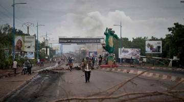 GANAS: Penunjuk perasaan menghadang jalan raya ke Jambatan Perwira Bamako di Bamako, kelmarin. — Gambar AFP