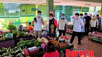 MATAU: (Ari kiba) Lau, Siaw, Sempurai enggau temuai dipebasa ke bukai matau tikas pengasi SOP ba Pasar Tamu Sibu Jaya kemari.
