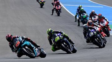 MENCABAR: Pelumba pasukan Petronas Yamaha SRT Fabio Quartararo (kiri) mendahului dalam perlumbaan MotoGP Grand Prix Andalucia di litar Jerez di Jerez de la Frontera kelmarin. — Gambar  AFP