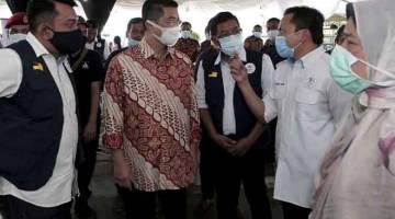 KETERANGAN: Mohamed Azmin (dua kiri) mendengar penerangan daripada Pengerusi Penggerak Komuniti Negara Nazree Yunus (dua kanan) pada Program Korban Perdana Penggerak Komuniti Negara Negeri Sembilan di Laman D'Permai, Juasseh, Kuala Pilah semalam. Turut hadir, Zuraida (kanan).  — Gambar Bernama