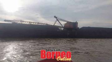 DI SINI: Keadaan tongkang yang masih berada di kawasan kapal tunda karam.