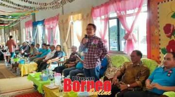 AMANAT: Subeng menyampaikan ucapan pada Majlis Bersama Rakyat di Rumah Matar, Sungai Sebilik, Lubok Renit, Awik semalam.