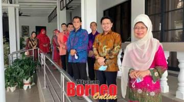 KUNJUNGAN: Tony (dua kanan) serta ahli MACMA Sarawak yang lain merakam kenangan bersama Fatimah.