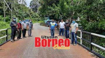SIAP: Ripin (kiri) bersama rombongan bergambar di jambatan baharu Kampung Subak Jaya, semalam.
