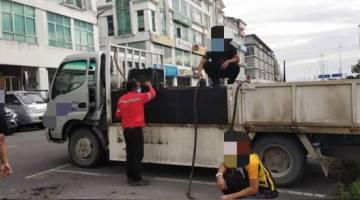 Lori berkenaan dibawa ke pejabat KPDNHEP Sarawak di Jalan Tun Jugah, Kuching.