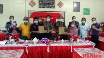 Nguang (enam kiri) menerima projektor LCD daripada Sulaiman (empat kiri) bersama wakil bekas pelajar yang lain.