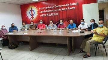 SEPAKAT: Liew (tengah) bersama Poon (empat kiri), Lahirul (empat kanan) dan pemimpin lain dari parti komponen PH Sabah.