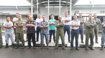 MESYUARAT : Ayub Khan bersama agensi dan unit udara pasukan keselamatan yang lain semasa mesyuarat tersebut.