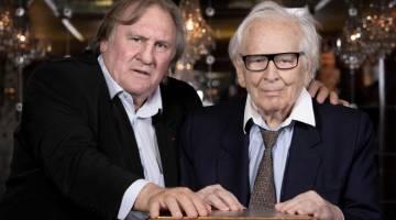 DITUDUH MEROGOL: Depardieu (kiri) merakam kenangan bersama pereka fesyen Perancis Pierre Cardin semasa sesi fotografi di Paris, Perancis pada 2 Julai lepas. — Gambar AFP