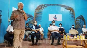 UCAPAN : Ma'mun ketika memberikan ucapan di hadapan penyokong dan akar umbi Warisan Pulau Sebatik.