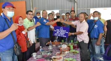 SERAH: Jafry menyerahkan papan tanda markas kepada Ketua PDM kampung Tidung semasa lawatan tersebut.
