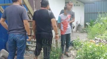 TAHAN: Suspek remaja yang ditahan semasa mengedar dadah di Kampung Delima.
