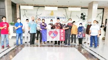 SERTAI: Budung (tujuh, kanan) menyerahkan borang keahlian bagi menyertai Parti Cinta Sabah.