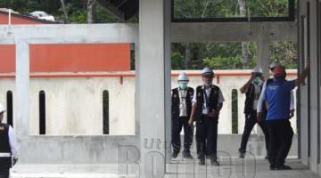 PERIKSA: Pegawai CIDB bersama pegawai pelbagai agensi penguatkuasaan memeriksa tapak pembinaan.
