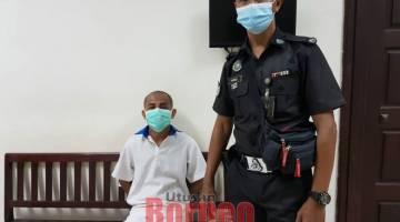 RAYUAN DITOLAK: Perayu (duduk) selesai prosiding kes di Kompleks Mahkamah Kuching.