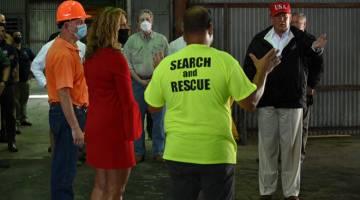 LAWAT: Trump mengadakan pertemuan dengan ahli sukarelawanan yang berada di gudang tempatan di Lake Charles, Louisiana kelmarin. — Gambar AFP