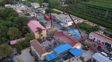 MISI MENYELAMAT: Kelihatan pasukan penyelamat melakukan kerja bagi mencari mangsa runtuhan restoran di Linfen, wilayah Shanxi utara China. — Gambar AFP