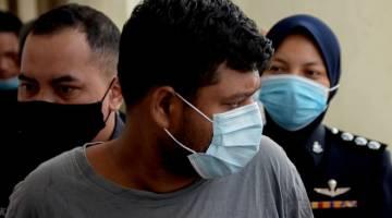DITUDUH: B. Jeetendraj, didakwa di Mahkamah Majistret semalam atas pertuduhan membunuh anak teman wanitanya berusia tiga tahun di sebuah pangsapuri di Kampung Sungai Kayu Ara, dekat Petaling Jaya, bulan lalu. — Gambar Bernama