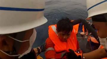 SYUKUR MASIH BERNYAWA: Gambar serahan yang dikeluarkan Pengawal Pantai Jepun ini menunjukkan seorang mangsa yang diselamatkan selepas kapal kargo karam akibat ribut taufan. — Gambar AFP