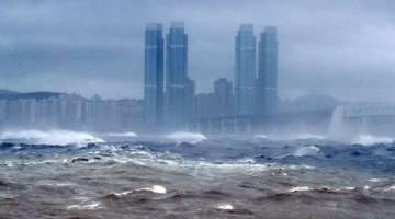 DIBADAI HEBAT: Ombak tinggi menghempas pesisiran pantai ketika Taufan Haishen mendarat di bandar pelabuhan tenggara Busan, semalam. — Gambar AFP