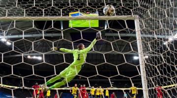 TEPAT KE SASARAN: Rembatan Ronaldo dari tendangan percuma memasuki gawang pada aksi perlawanan Liga Negara-Negara UEFA di antara Sweden dan Portugal di Solna, Sweden. — Gambar AFP