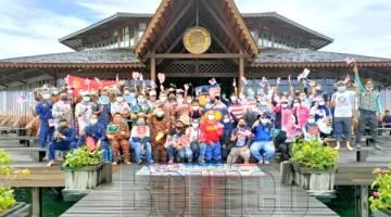 BERSAMA: Para peserta Program Merdeka@Komuniti Eksplorasi Negaraku di Lankayan Island Dive Resort.