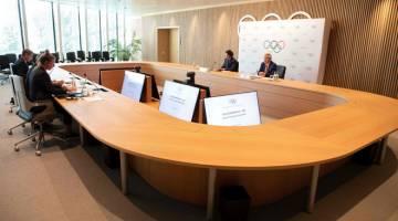 BINCANG: Bach mengadakan sidang media selepas selesai mesyuarat di Ibu Pejabat IOC di Lausanne. — Gambar AFP