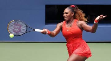 BERTENAGA: Gaya Serena ketika berhadapan lawannya, Pironkova dalam aksi suku akhir Kejohanan Terbuka AS di New York City. — Gambar AFP